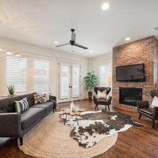 Idee per un soggiorno chic di medie dimensioni e aperto con pareti marroni, parquet scuro, camino classico, cornice del camino in mattoni, TV a parete e pavimento marrone