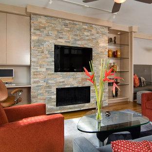 Réalisation d'une salle de séjour design ouverte avec un sol en bois brun, une cheminée ribbon et un manteau de cheminée en pierre.