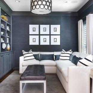 Imagen de sala de estar cerrada, clásica renovada, sin chimenea, con paredes azules, suelo de madera oscura y pared multimedia