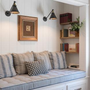 Imagen de sala de estar abierta, campestre, de tamaño medio, sin chimenea, con paredes blancas, suelo de madera en tonos medios y suelo marrón