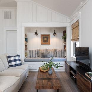 Imagen de sala de estar abierta, de estilo de casa de campo, de tamaño medio, sin chimenea, con paredes blancas, suelo de madera en tonos medios, televisor independiente y suelo marrón