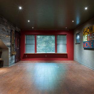 Idee per un piccolo soggiorno boho chic chiuso con sala giochi, pareti grigie, pavimento in sughero, nessun camino e TV a parete