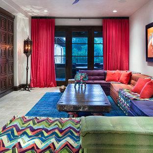 Immagine di un grande soggiorno mediterraneo chiuso con pavimento in marmo, pavimento beige e TV a parete
