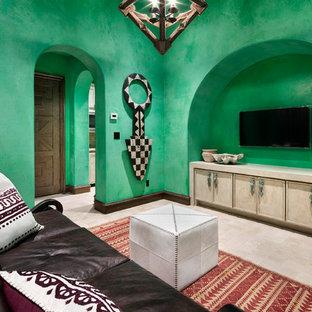 Esempio di un soggiorno mediterraneo di medie dimensioni e chiuso con pareti verdi, pavimento in marmo, TV a parete e pavimento beige