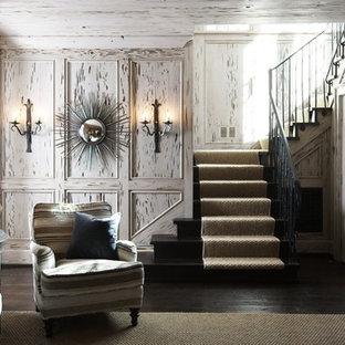 Aménagement d'une salle de séjour romantique avec un mur blanc.