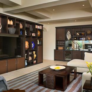 Ejemplo de sala de estar con barra de bar abierta, contemporánea, grande, con paredes beige, suelo de baldosas de porcelana y televisor colgado en la pared