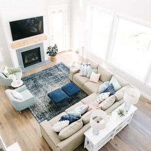 Inspiration för ett stort vintage allrum med öppen planlösning, med mellanmörkt trägolv, en standard öppen spis, en väggmonterad TV och vita väggar