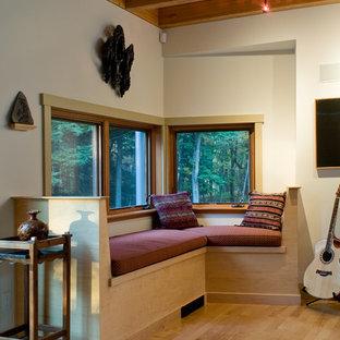 ブリッジポートの中サイズのサンタフェスタイルのおしゃれなオープンリビング (白い壁、淡色無垢フローリング、暖炉なし、壁掛け型テレビ、ミュージックルーム、茶色い床) の写真