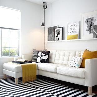 Skandinavisches Wohnzimmer mit weißer Wandfarbe und Teppichboden in San Francisco