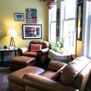 Imagen de sala de estar con biblioteca clásica pequeña