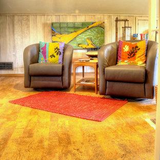 Immagine di un soggiorno minimalista con pavimento in sughero e pavimento marrone