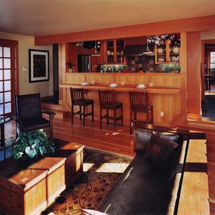 Modelo de sala de estar de estilo americano, pequeña, con suelo de madera en tonos medios