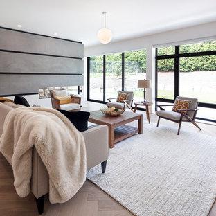 Foto de sala de estar abierta, contemporánea, con paredes blancas, chimenea de doble cara y televisor colgado en la pared