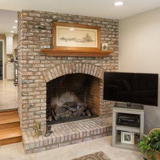 Immagine di un piccolo soggiorno classico chiuso con pareti beige, moquette, camino classico, cornice del camino in mattoni e porta TV ad angolo