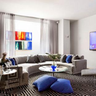 Modelo de sala de estar actual con paredes blancas y televisor colgado en la pared