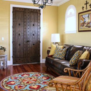 Foto de sala de estar mediterránea con paredes amarillas