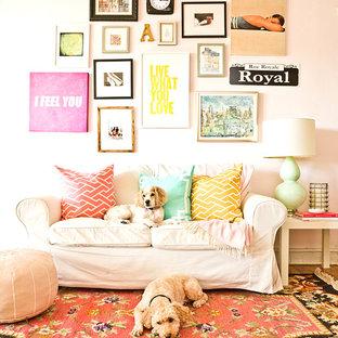 Idée de décoration pour une salle de séjour style shabby chic avec un mur rose.