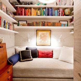 Diseño de sala de estar con biblioteca contemporánea, sin chimenea, con paredes grises y suelo de madera clara