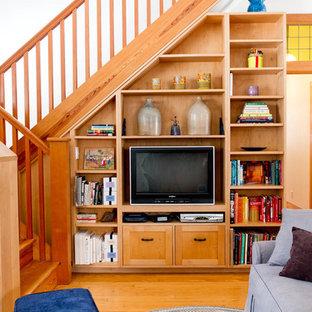 Eklektisches Wohnzimmer mit weißer Wandfarbe, braunem Holzboden und Multimediawand in New York