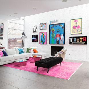 シカゴのコンテンポラリースタイルのおしゃれなファミリールーム (白い壁、標準型暖炉、レンガの暖炉まわり、グレーの床) の写真