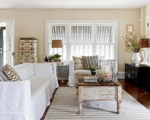 Shabby Chic Style Wohnzimmer Mit Beiger Wandfarbe, Kamin, Wand TV Und
