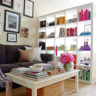 Ispirazione per un soggiorno classico aperto con pareti beige e pavimento in legno massello medio