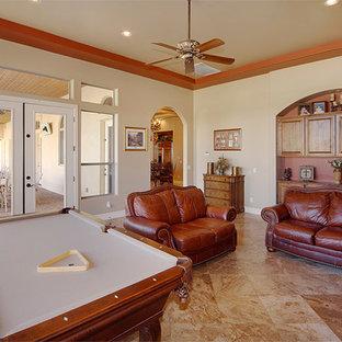 フェニックスの中サイズのトラディショナルスタイルのおしゃれな独立型ファミリールーム (ゲームルーム、ベージュの壁、トラバーチンの床、暖炉なし、茶色い床) の写真