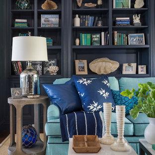 Diseño de sala de estar costera con paredes azules y suelo de madera oscura