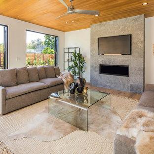 Ejemplo de sala de estar campestre con paredes blancas, suelo de madera clara, chimenea lineal y televisor colgado en la pared