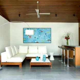 Ispirazione per un soggiorno contemporaneo aperto e di medie dimensioni con angolo bar, pareti bianche e pavimento grigio