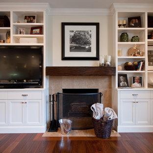 Klassisches Wohnzimmer mit beiger Wandfarbe, dunklem Holzboden, Kamin und Multimediawand in San Francisco