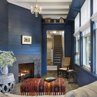 ボストンの小さいビーチスタイルのおしゃれな独立型ファミリールーム (青い壁、コーナー設置型暖炉、磁器タイルの床、コンクリートの暖炉まわり、グレーの床) の写真