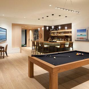 Ispirazione per un soggiorno design di medie dimensioni e chiuso con sala giochi, pareti bianche, parquet chiaro e pavimento beige