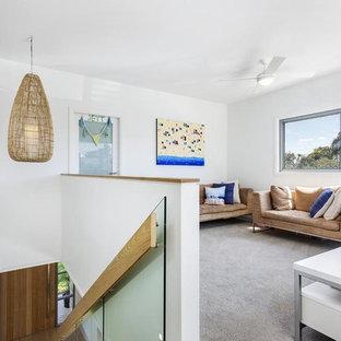 シドニーの中サイズのビーチスタイルのおしゃれなファミリールーム (白い壁、カーペット敷き、据え置き型テレビ) の写真