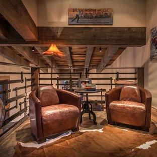 Diseño de sala de estar tipo loft, rural, pequeña, con paredes beige y suelo de madera oscura
