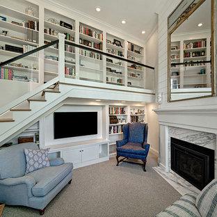Modelo de sala de estar con biblioteca marinera, pequeña, con moqueta, chimenea tradicional, marco de chimenea de piedra, pared multimedia, paredes blancas y suelo gris
