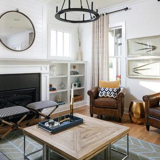 ルイビルの中サイズのトラディショナルスタイルのおしゃれなファミリールーム (白い壁、淡色無垢フローリング、標準型暖炉、石材の暖炉まわり、テレビなし) の写真