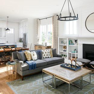 ルイビルの中サイズのトランジショナルスタイルのおしゃれなファミリールーム (白い壁、淡色無垢フローリング、標準型暖炉、石材の暖炉まわり、テレビなし) の写真
