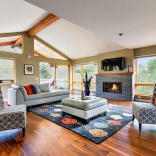 Diseño de sala de estar abierta, clásica renovada, de tamaño medio, con suelo de madera en tonos medios, marco de chimenea de baldosas y/o azulejos, televisor colgado en la pared, chimenea lineal y suelo naranja