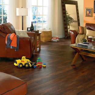 Aménagement d'une grand salle de séjour classique fermée avec salle de jeu, un mur orange, un sol en vinyl, aucune cheminée, aucun téléviseur et un sol marron.