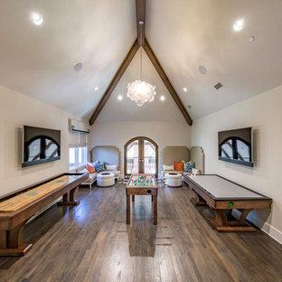 Ispirazione per un ampio soggiorno classico aperto con sala giochi, pareti beige, parquet scuro, TV a parete e pavimento marrone