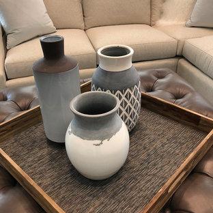 ダラスの中サイズのトランジショナルスタイルのおしゃれなファミリールーム (ベージュの壁、濃色無垢フローリング、コーナー設置型暖炉、石材の暖炉まわり、茶色い床) の写真