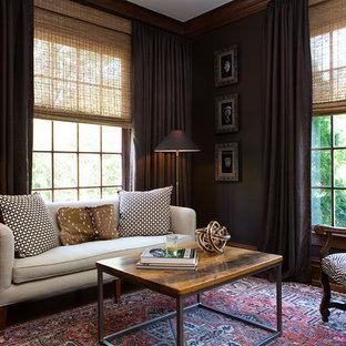 Foto de sala de estar clásica con paredes marrones