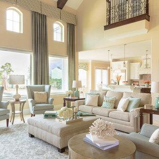 Неиссякаемый источник вдохновения для домашнего уюта: большая открытая гостиная комната в средиземноморском стиле с желтыми стенами и полом из травертина без камина, ТВ