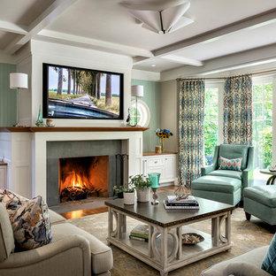 ボストンのビーチスタイルのおしゃれなファミリールーム (緑の壁、標準型暖炉、コンクリートの暖炉まわり、壁掛け型テレビ) の写真