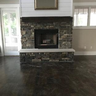 他の地域の中くらいのビーチスタイルのおしゃれなファミリールーム (グレーの壁、無垢フローリング、両方向型暖炉、塗装板張りの暖炉まわり、茶色い床) の写真