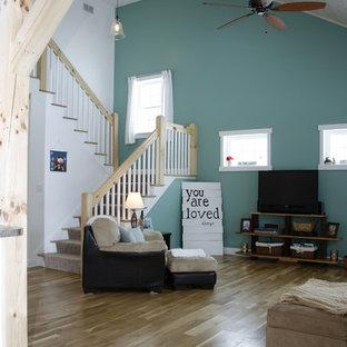 リッチモンドの中サイズのビーチスタイルのおしゃれなファミリールーム (青い壁、無垢フローリング、据え置き型テレビ、コーナー設置型暖炉、金属の暖炉まわり) の写真