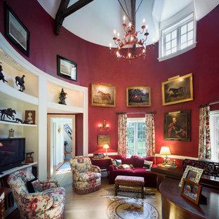 Diseño de sala de estar con rincón musical tradicional con paredes rojas, suelo de madera en tonos medios y televisor independiente