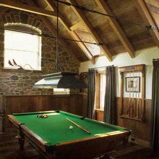 Modelo de sala de juegos en casa clásica con paredes beige y suelo de madera oscura