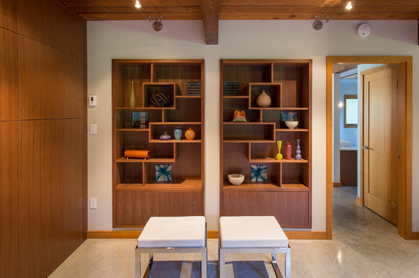 Midcentury Family Room by Synthesis Design Inc.